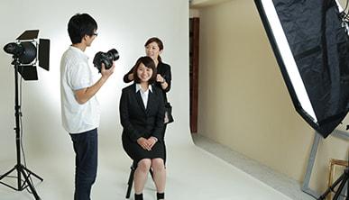 カメラマンが表情作りをアドバイス