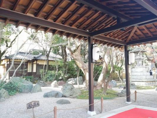 2016年正月、湊川所神社の本殿までの通路